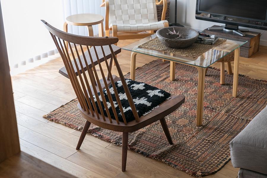 ジョージ・ナカシマのラウンジ・アームチェアはヴィンテージ。コーヒーテーブルはアアルト。