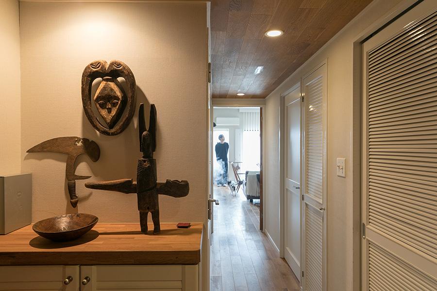 玄関に飾っているのは、NYの蚤の市で購入したアフリカ各地の民藝品。