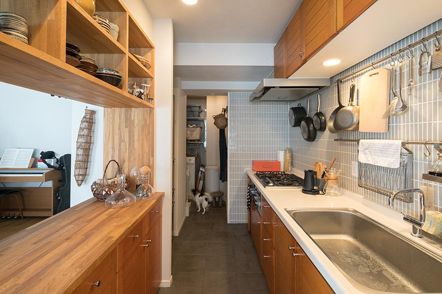 キッチン奥のユーティリティスペースは廊下とつながっていてグルリと回遊できる。寝室や浴室からの動線がコンパクトで便利。