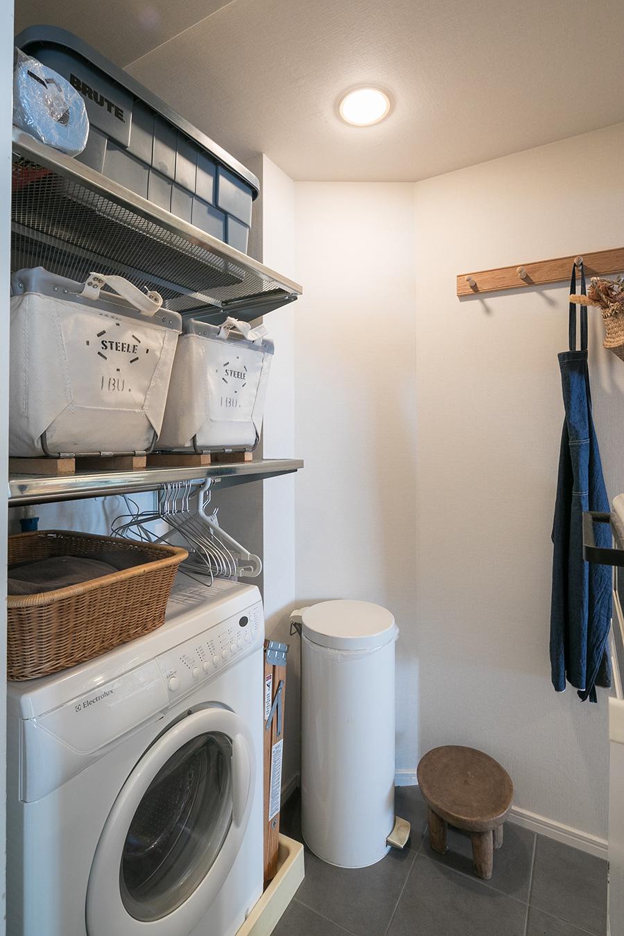 洗濯機の上のステンレスのラックや、シェーカー家具のハンガーラックなどを使い、ごちゃつきがちなユーティリティルームが機能的でお洒落にまとまっている。