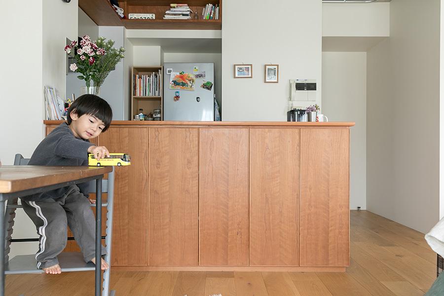 食器棚を置きたくなかったという奥さんの要望で、カウンター下が食器の収納場所になっている。