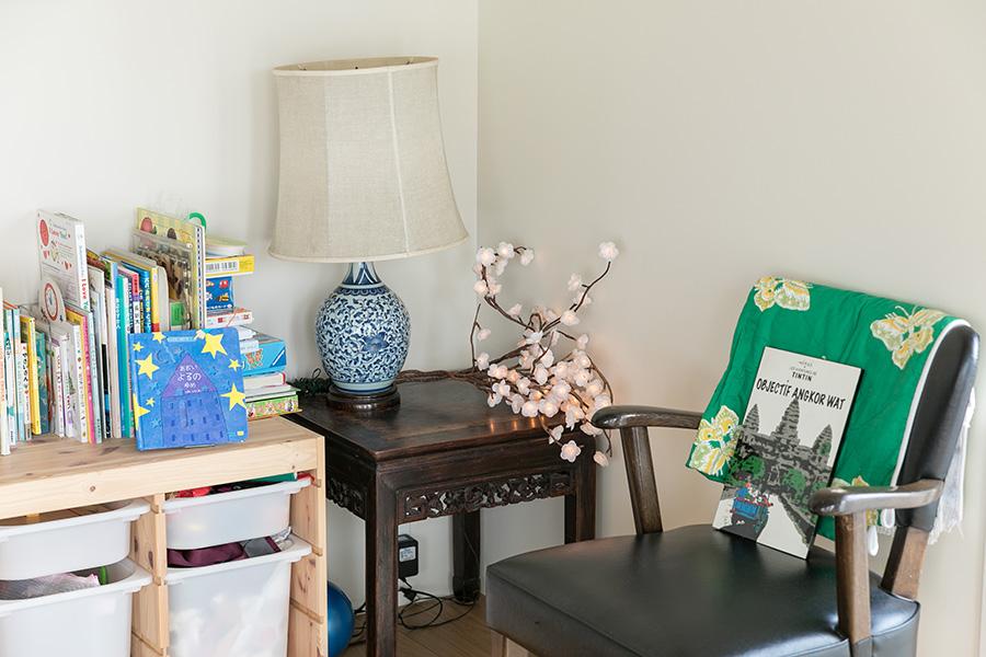 ロサンゼルスで買った造花のランプは奥さんのお気に入り。カンボジアで買った絵本もインテリアに一役買っている。