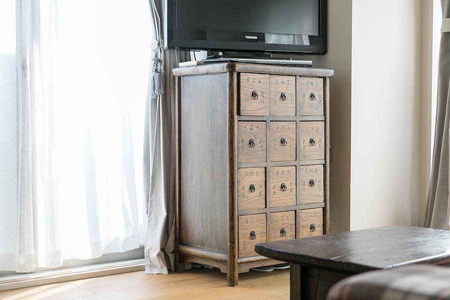 テレビ台として使っているのは、骨董好きなご主人のお母様から譲り受けたもの。