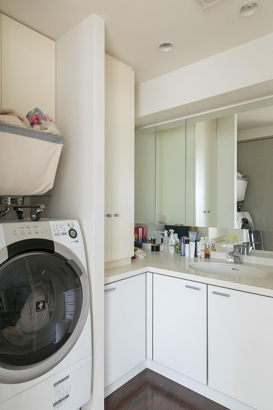洗面所などの水周りはリノベーションしていないが、シンプルでホテルライクな雰囲気。