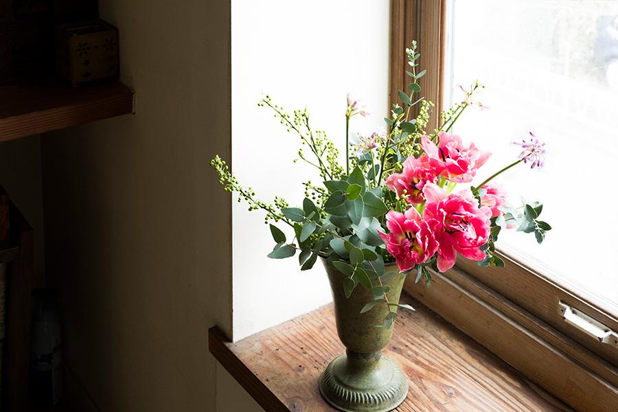 球根花のチューリップ、ツルバキアに、アオモジとグレイッシュなユーカリを合わせて。トロフィー型の器を使って、ドラマチックにアレンジ。