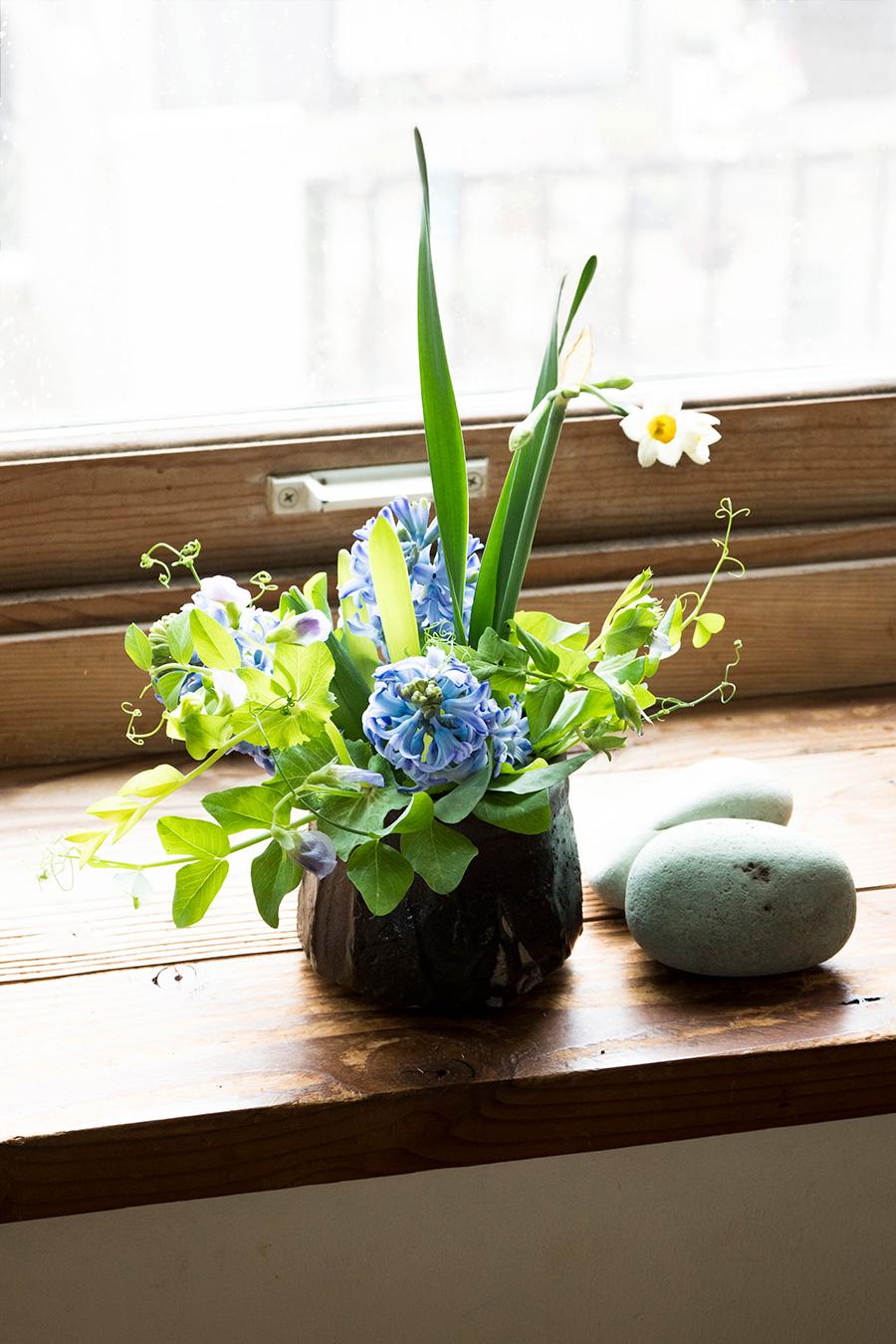 日本水仙、ヒヤシンス、えんどう豆の花で。土から花が咲いたように、春の訪れを感じさせるアレンジ。小ぶりなので、部屋の片隅にさり気なく置いてもなじむ。