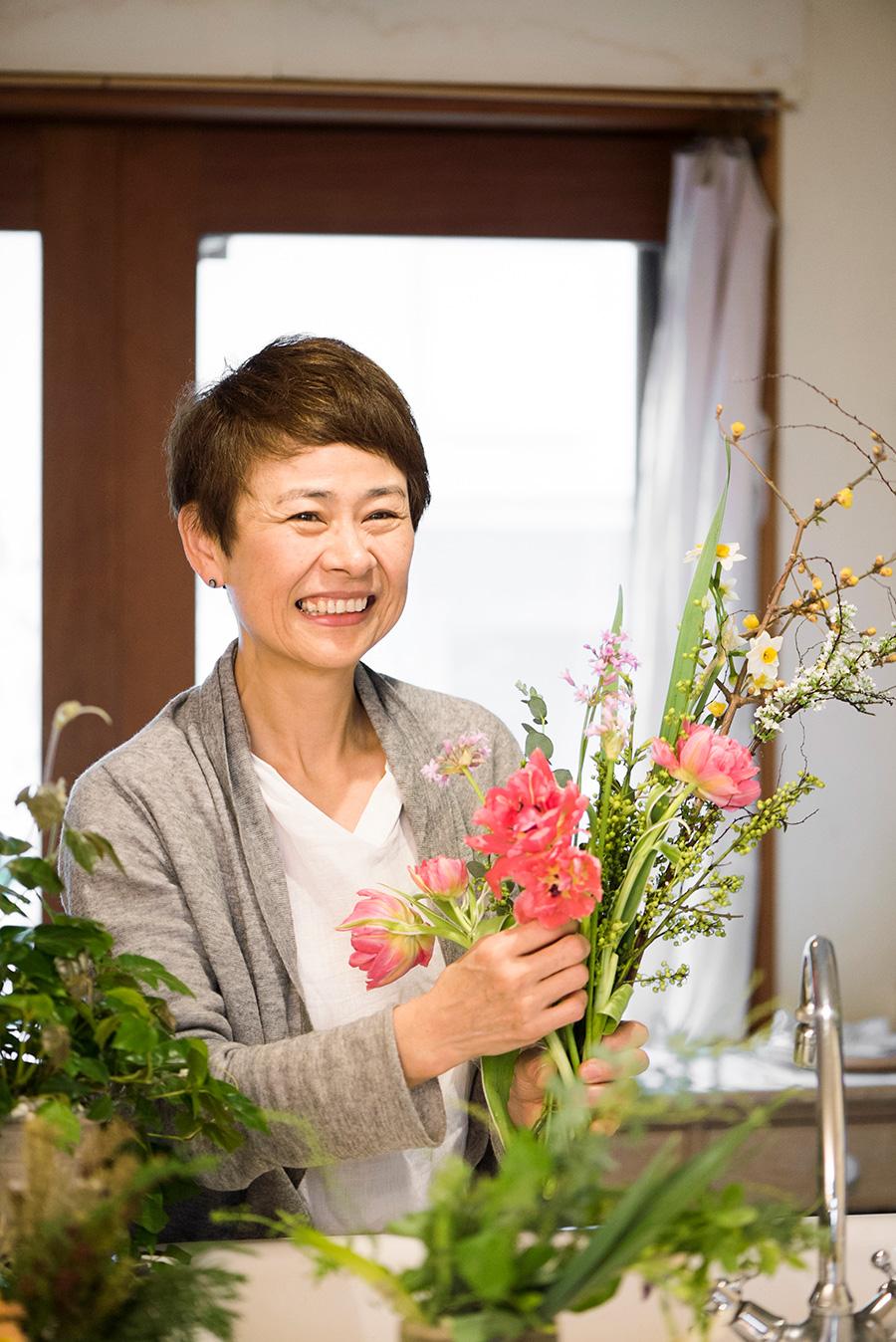 「Bouquet de soleil」として活動する花手・プランツスタイリストの井出綾さん。自然と暮らしをつなぐ花をテーマに、身近な植物を通して季節の楽しみ方を提案。