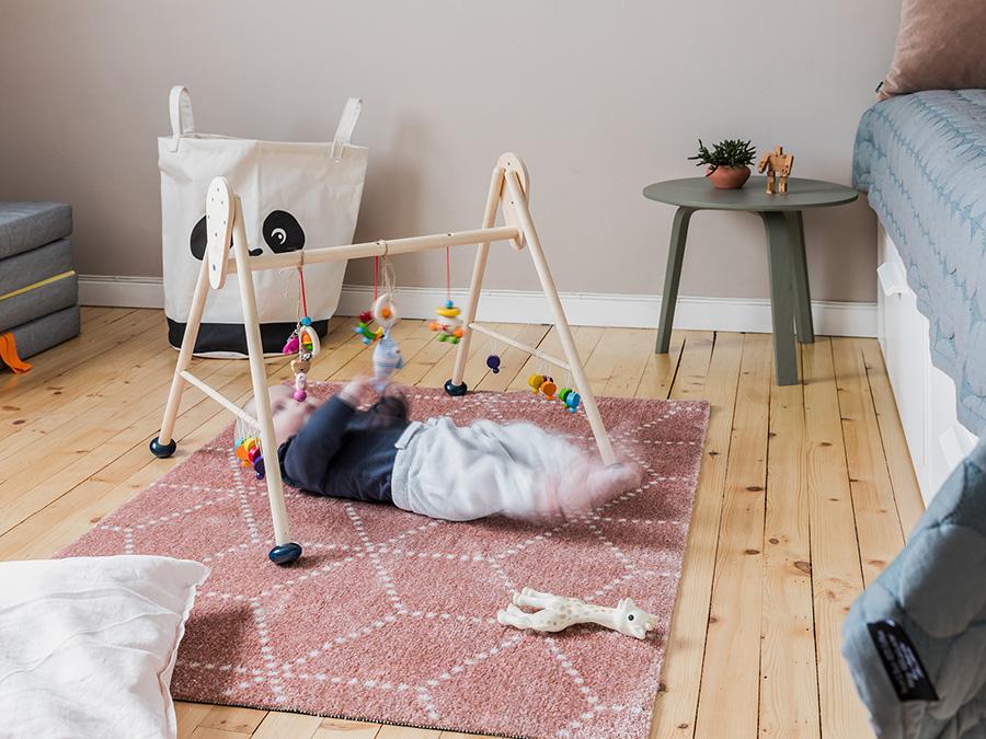 いつでも清潔に保てる『HEYMAT』は、赤ちゃんの遊び場のラグとしても。