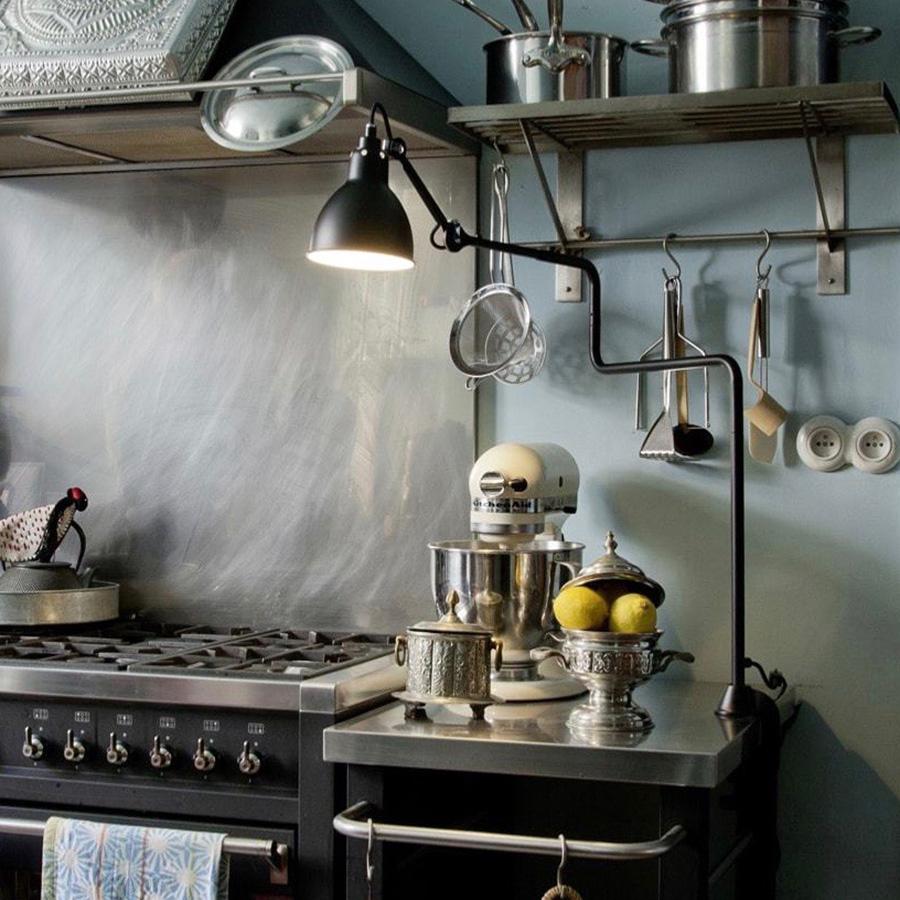 クランプ式のランプは、スペースを広く使えるので作業台にも向く。