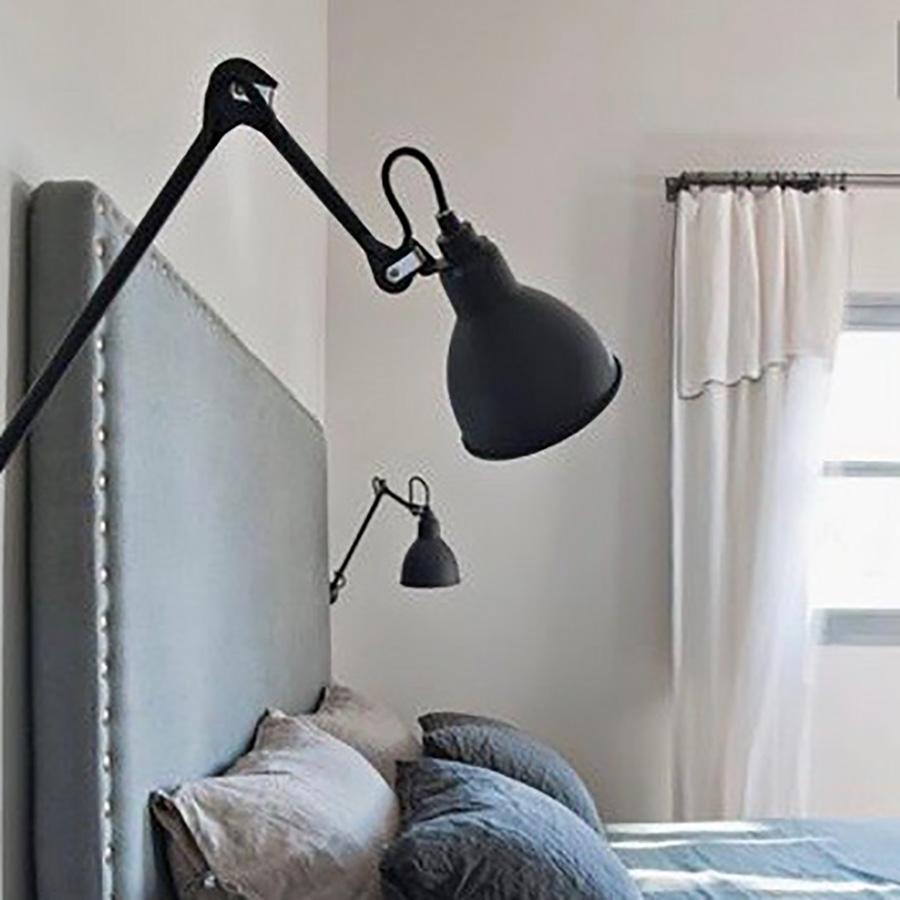 アーム式ウォールランプで個性的なベッドサイドを演出。