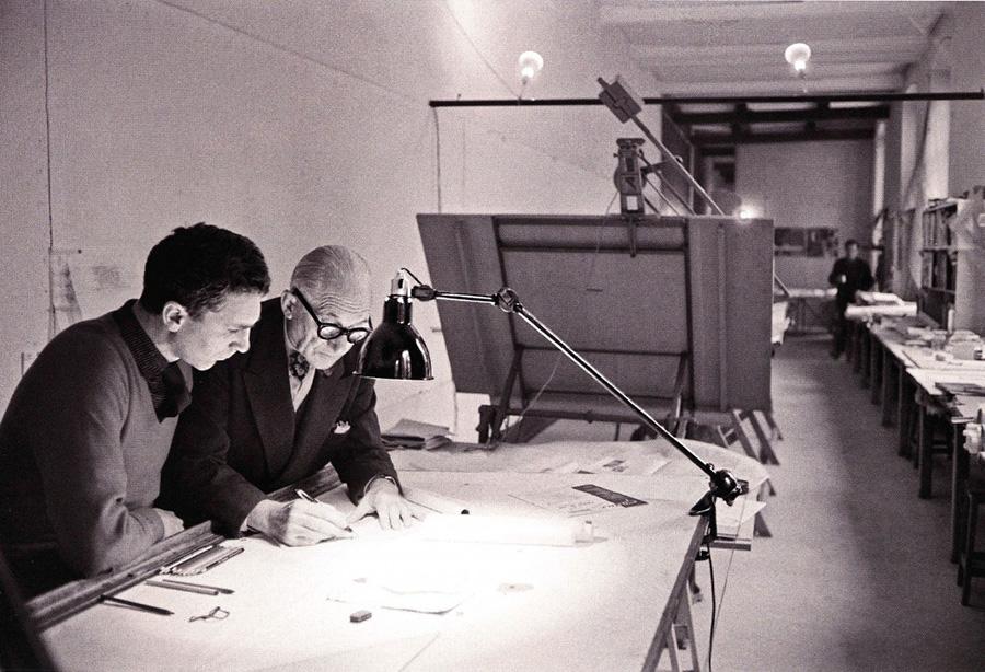 ル・コルビュジエは、「Lampe Gras」の工業的、機能的なデザインに惚れ込み、自身のアトリエや多くのプロジェクトに採用した。