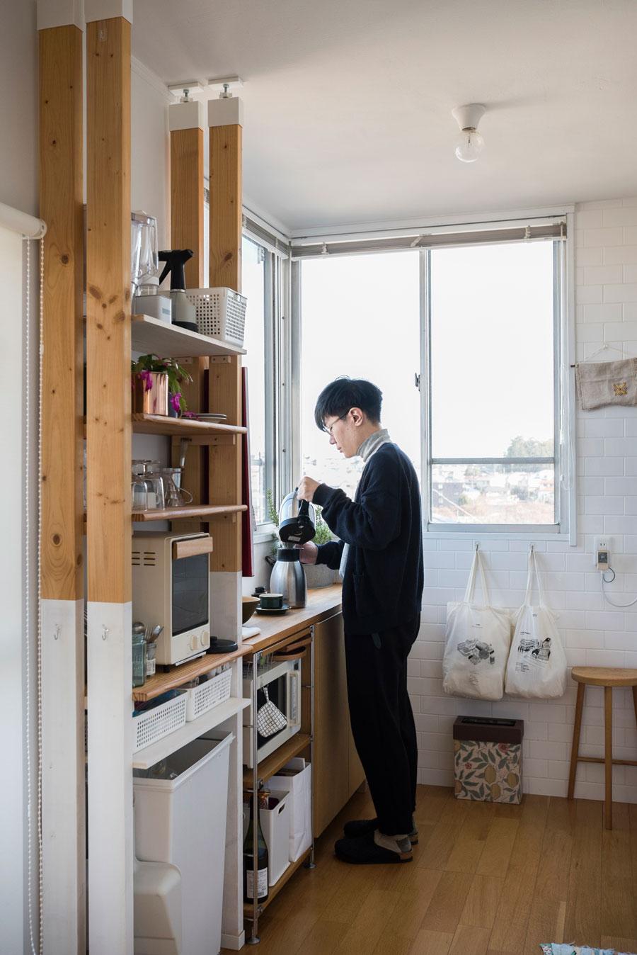 キッチンでコーヒーを淹れる識史さん。棚はちょうど合うものが見つからないので、突っ張り棒LABRICOで簡易的に設置。これが意外とよかった。