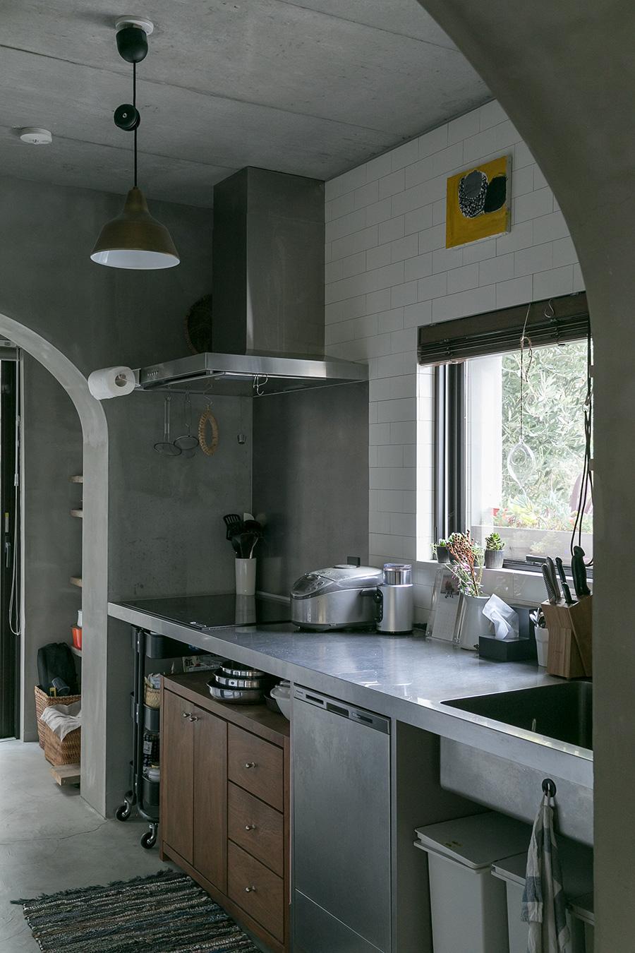 造作のステンレスのカウンター。カウンター下の食洗機の表面もステンレスにして一体感を出した。