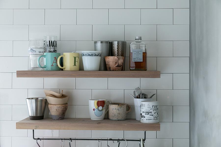 キッチンの壁はサブウェイタイルをセレクト。棚の下のフックを掛けられるバーはTOOLBOXで購入。