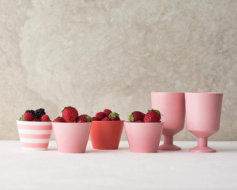 左から  そばちょこ 三本線 ピンク φ80 H61mm 170cc ¥1,300 そばちょこ 虹色  ピンク・レッド φ80 H61mm 170cc 各¥1,500 コブレット  ピンク 各¥2,000 フルーツやナッツ、デザートカップとして、パーティーのテーブルでも活躍しそう。
