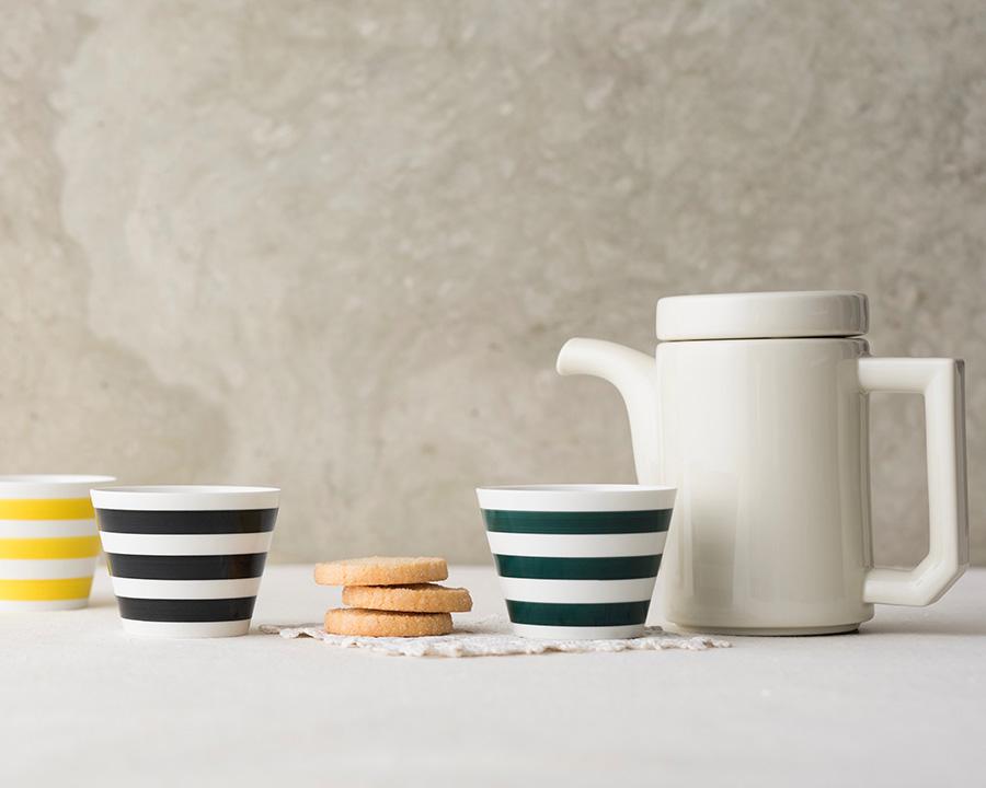 左から  そばちょこ 三本線 イエロー・ブラック・グリーン φ80 H61mm 170cc 各¥1,300 ポット  ¥5,000 コーヒーや紅茶にもオススメ。ケーキやクッキー、モダンなポットとも相性バッチリ。
