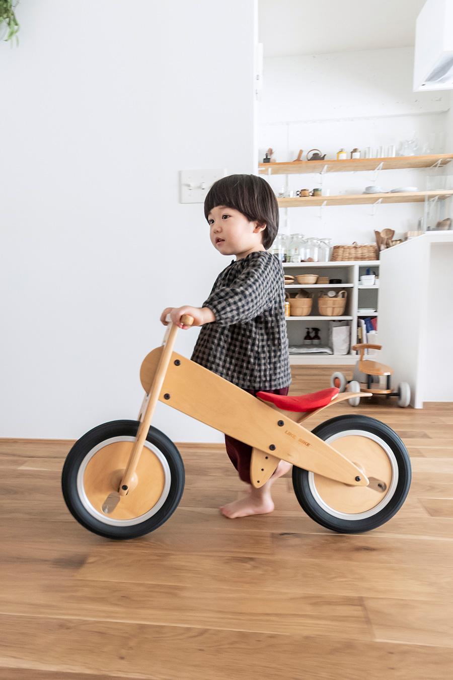 ペダルのない木製の自転車は「LIKE a BIKE」。