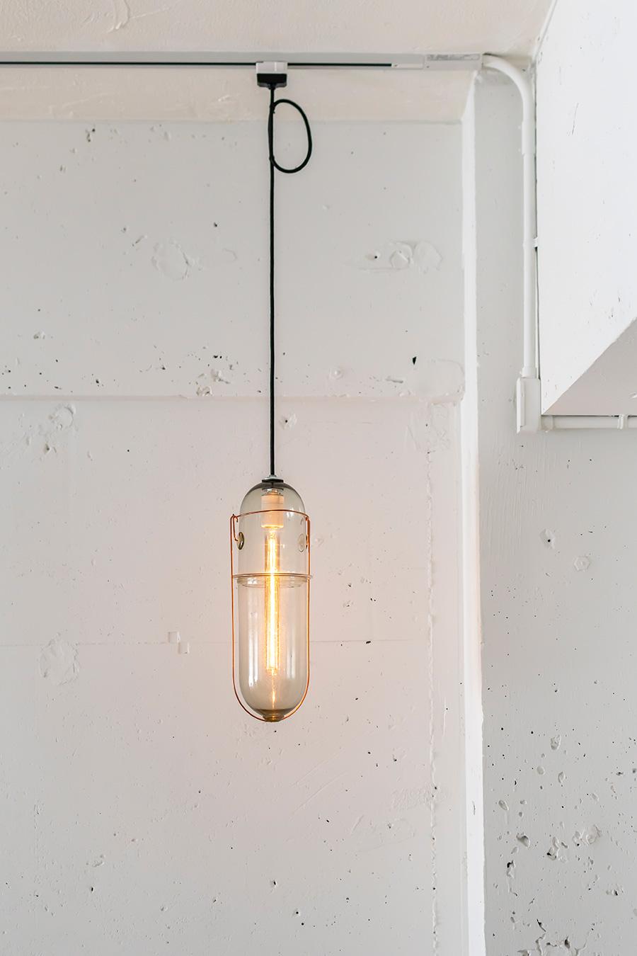 カプセル型のガラス照明はピーターアイビー作。