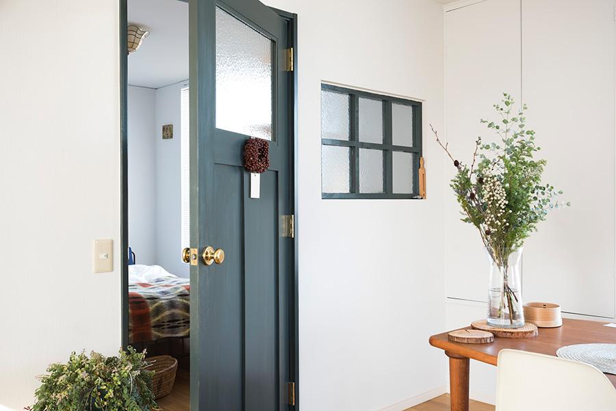 ベッドルームの仕切りにはドアと小窓を。ガラスやドアの色味にこだわった。東側から、朝の光が小窓を通ってベッドルームに差し込む。壁の塗装はNASAが開発したという特殊な塗料を採用。