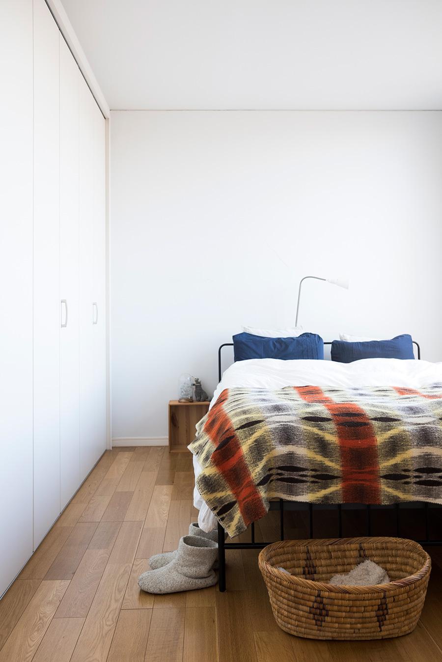 ベッドルームにはオフィス側の仕切りに大きなクローゼットを設けた。「ふたりとも服が多いことと、動線を考えてここに収納があると便利なんです」。