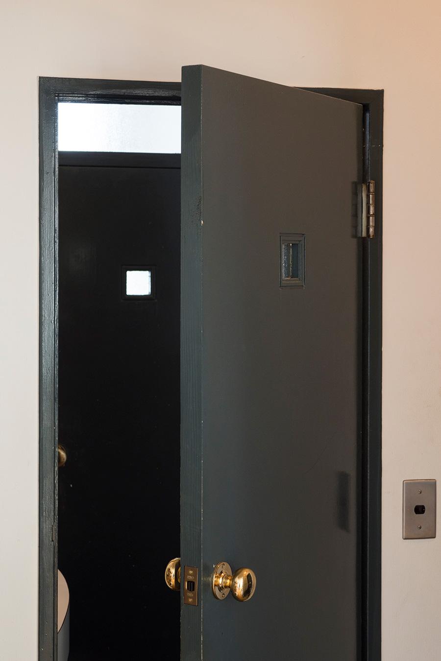 もともとあった洗面のドアは、ベッドルームと同じカラーに。小さな窓がお気に入り。
