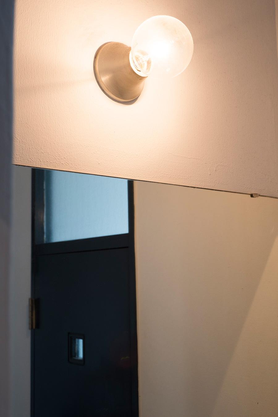 洗面台の上の照明も、もとからついていたもの。レトロな風合いがいい感じ。