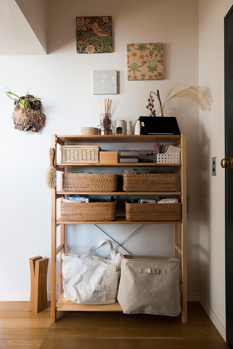 玄関前に無印良品の棚を設置。ハンカチなど外出時に必要なものや、文房具など動線上ここにあると便利なものを仕分けして収納している。壁の作品は、二子玉川の貼箱専門店BOX&NEEDLEで購入したもの。