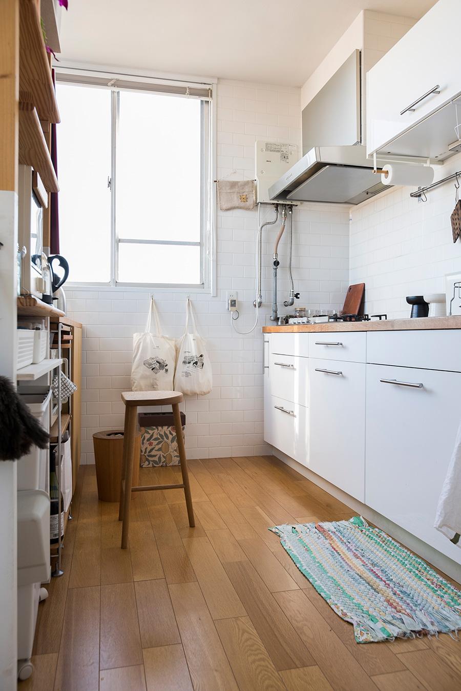 キッチンはIKEAを採用。広々としていて明るく、作業もはかどる。
