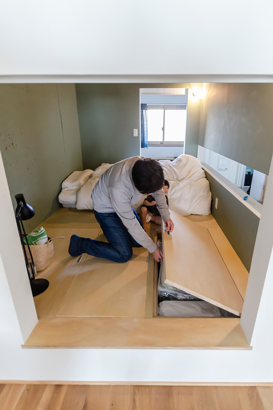 寝室の床下には季節用品などを収納。