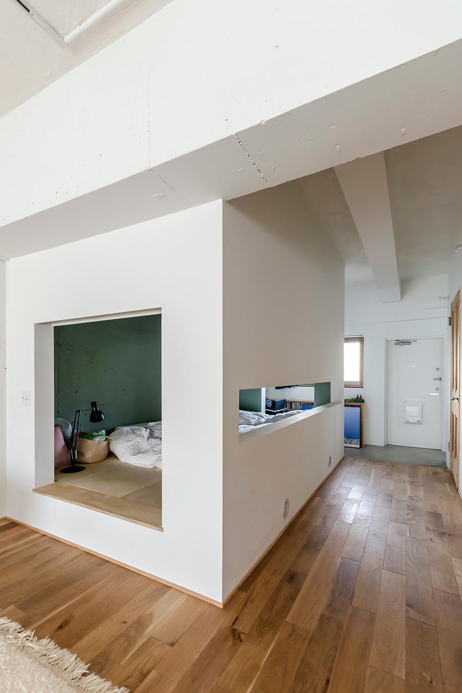 リビング側から撮影した寝室。