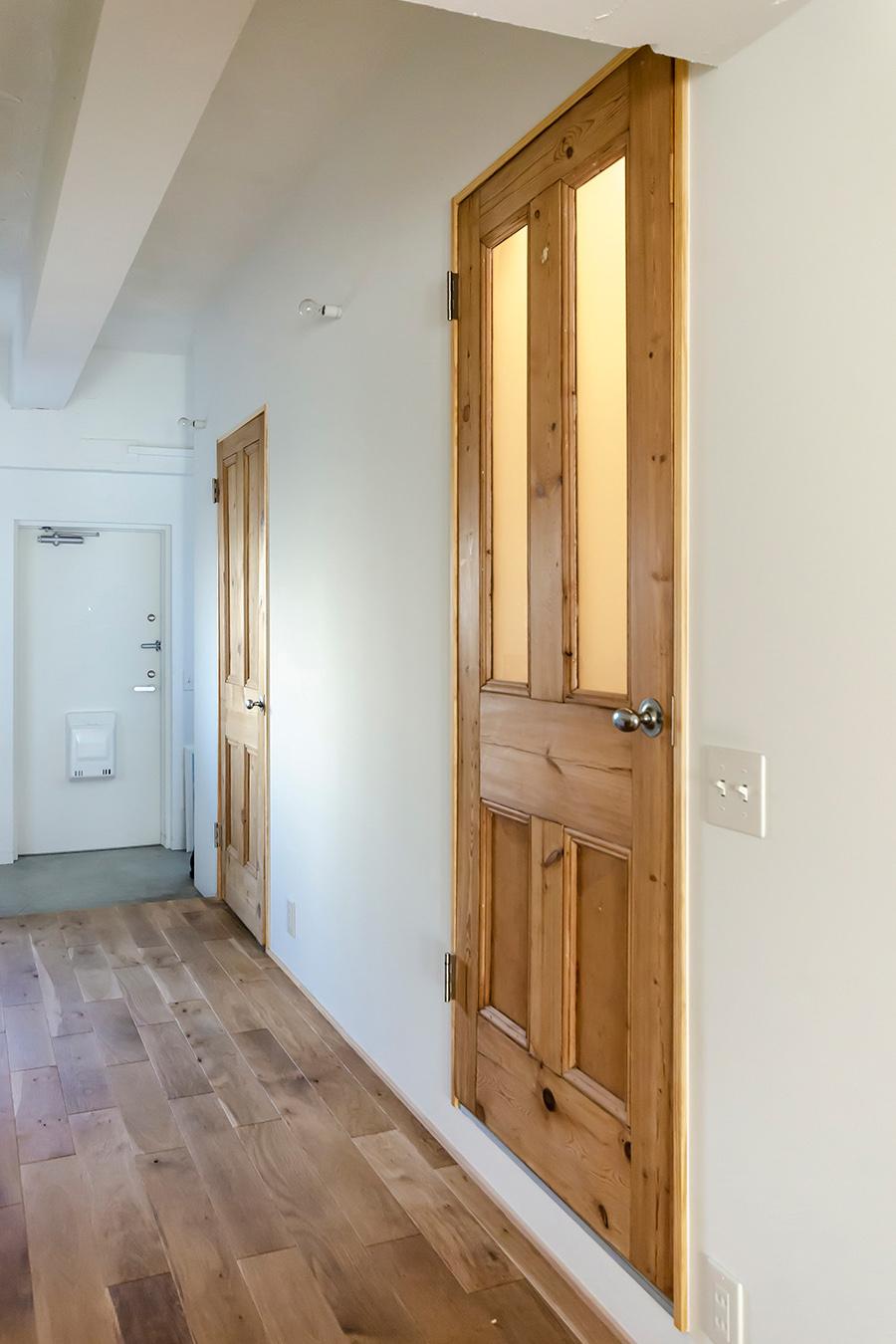 「PINE GRAIN」のパイン材アンティークドア。