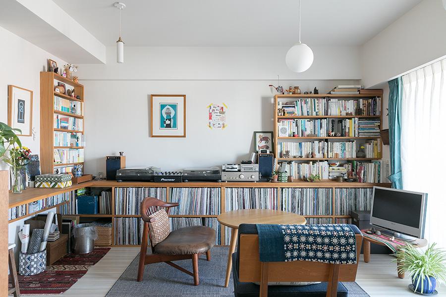 リビングを囲むようにつくられた造作家具は、細々としたものをすっきり収納してくれる。一定の低さをキープして壁面を多く見せているので圧迫感はない。