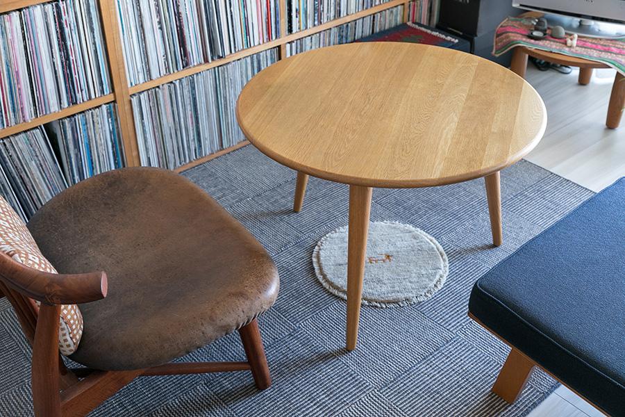 コーヒーテーブルはHans Wegnerのもので、10年ほど前に盛岡の光原社で一目惚れし、その後購入したもの。「三本脚というところも気に入っています」と紀子さん。