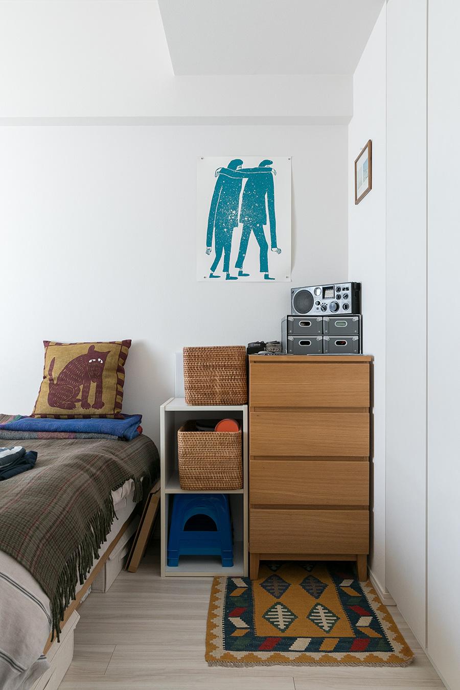 寝室に飾られているのは、ナット・ラッセルというアーティストのシルクスクリーン。
