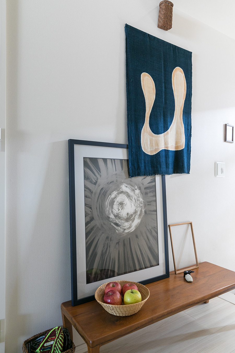 玄関で出迎えるのは、ババグーリで購入したベンチと柚木沙弥郎の作品。