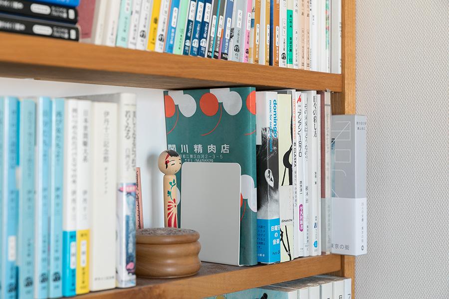 近所の精肉店の包み紙をブックカバーにしているところも、実に紀子さんらしい。