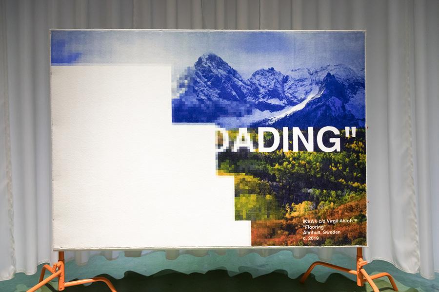 """アメリカの典型的な山岳地帯の写真がローディング中のラグ。手の中のスマホでも仕事中のPCでも、現代はいつでもどこでも""""STILL LOADING""""している生活を表現したデジタルなアート。"""