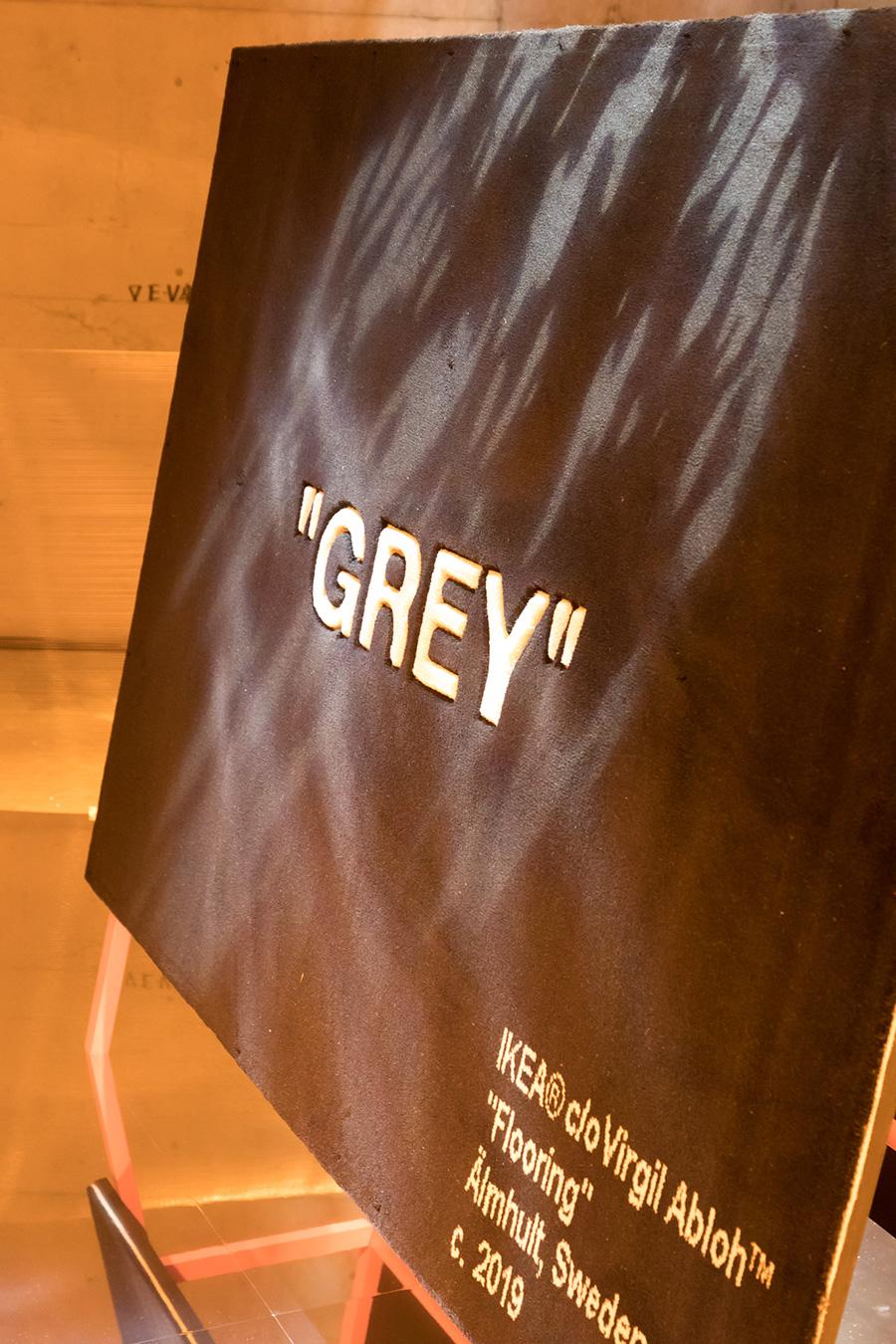 """GREY""の文字を浮き上がらせるように、職人が丁寧に文字の周囲をカットしている。"