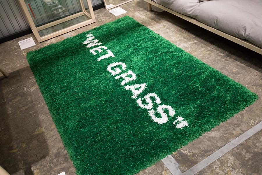 """新コレクション『MARKERAD(マルケラッド)』(2019年11月発売予定)にもラグがある。濡れてはいないが、""""WET GRASS""""。"""