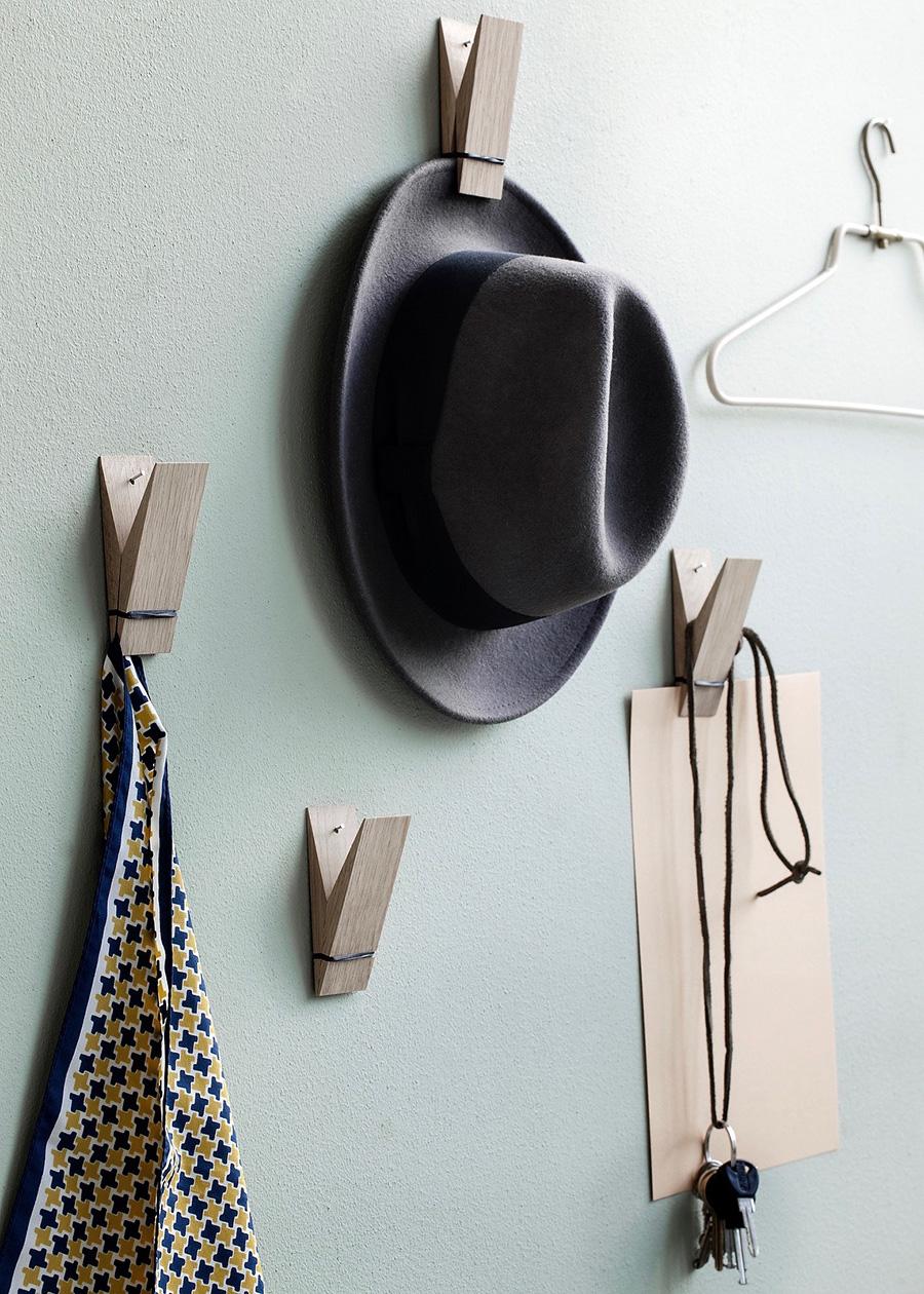 壁に貼り付けて、帽子やスカーフ、アクセサリーを収納。