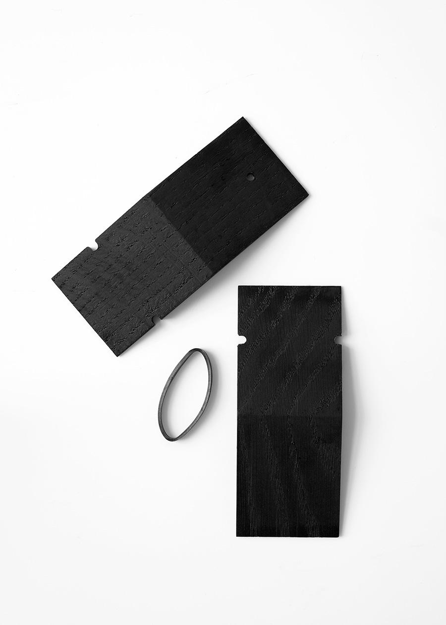 2つの木材とゴムバンドのみ。上質なオーク無垢材を使用しているので、小さくてシンプルながらも存在感がある。