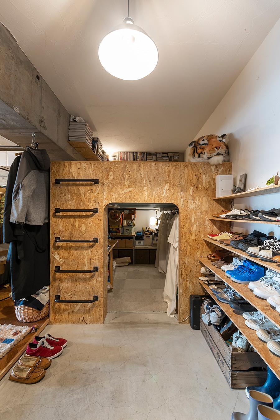 玄関を入ると、目に飛び込むのは箱型の空間。