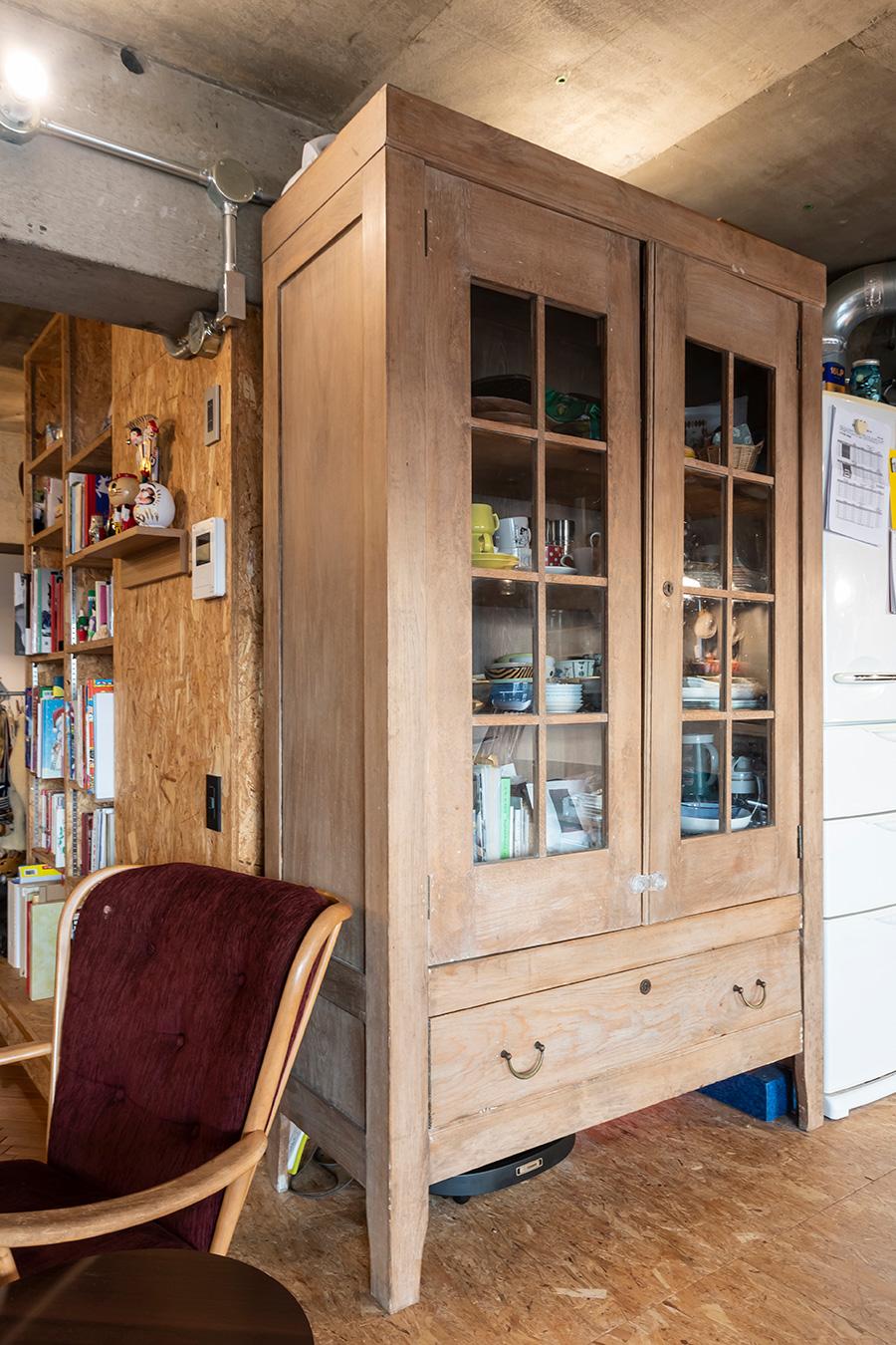 食器棚はかつて衣料店で使用されていた店舗什器。