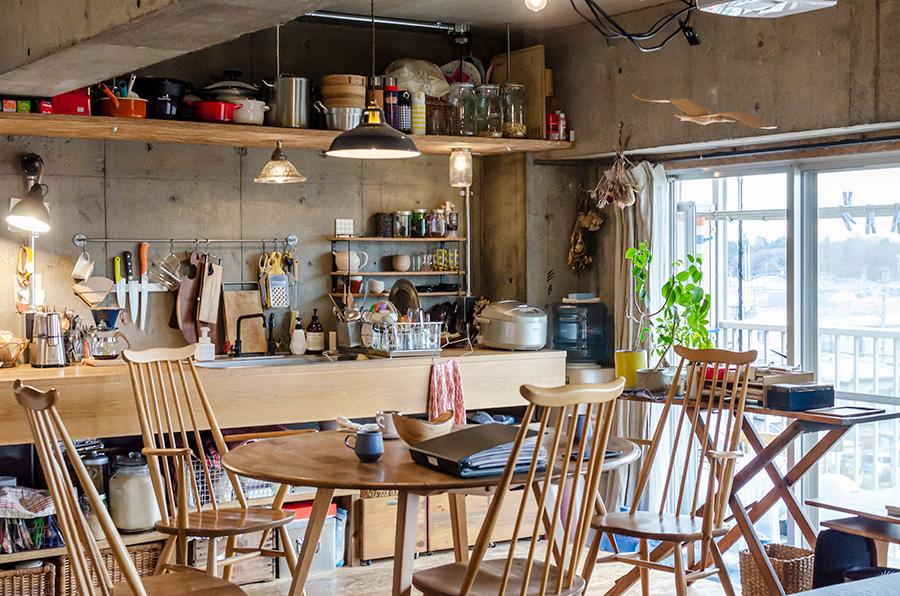 キッチンには英国家具「ERCOL」のテーブルセット。