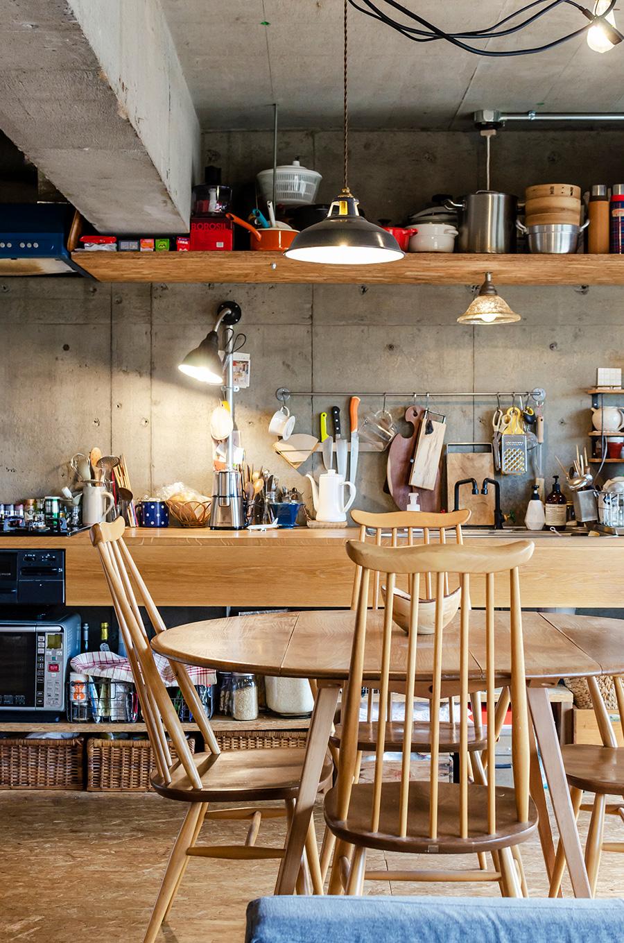 木製の天板が一直線に貫く壁付けキッチン。
