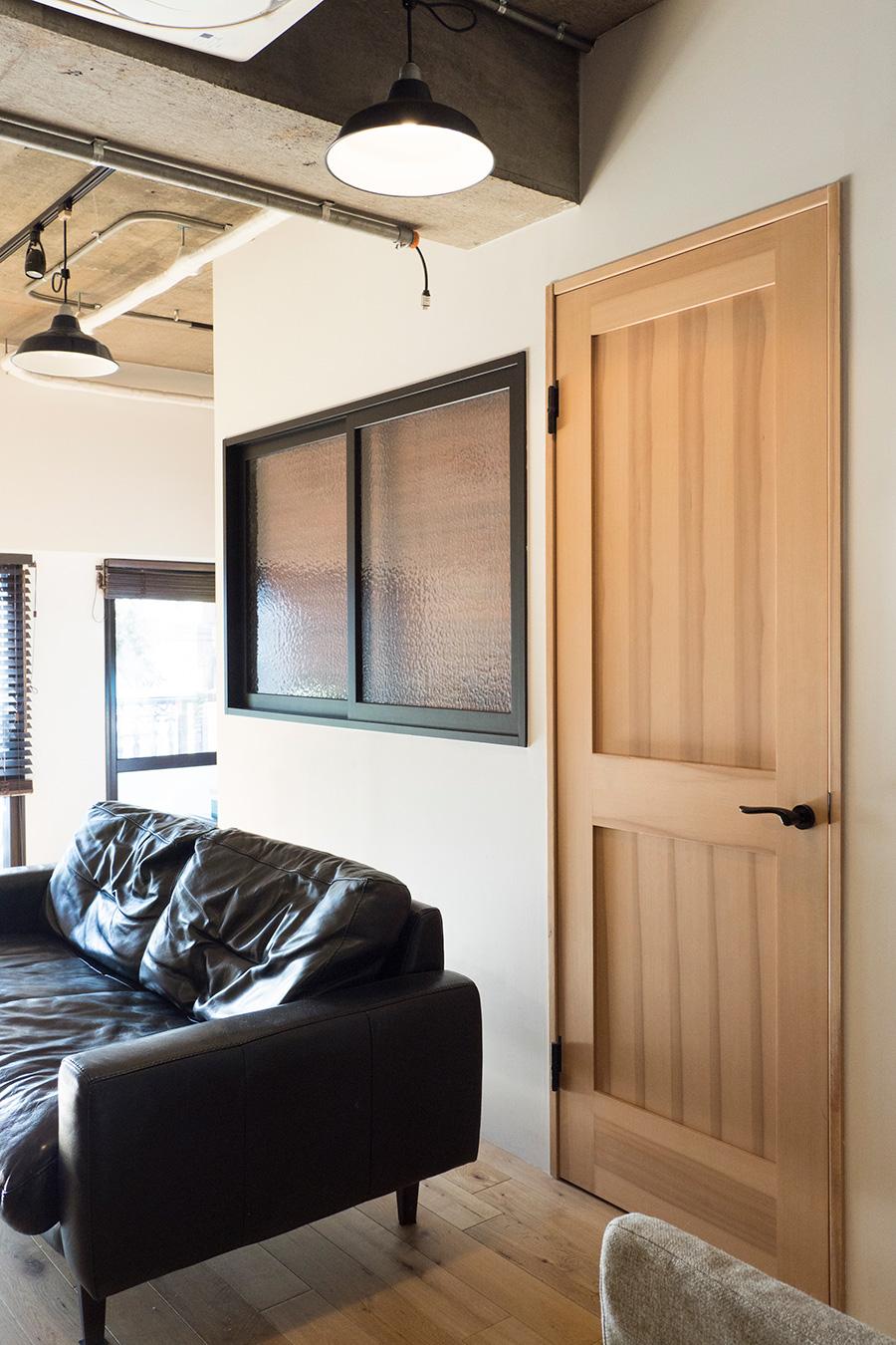 ベッドルームには窓を設置。木のドアはショールームで選び、施主支給したもの。いずれ塗装する予定。