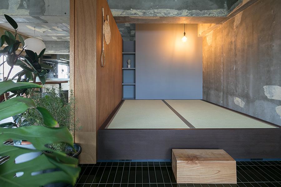 寝室スペースは思い切って寝るだけの広さを畳敷きに。布団を敷けばキングサイズのベッドと同じ大きさ。