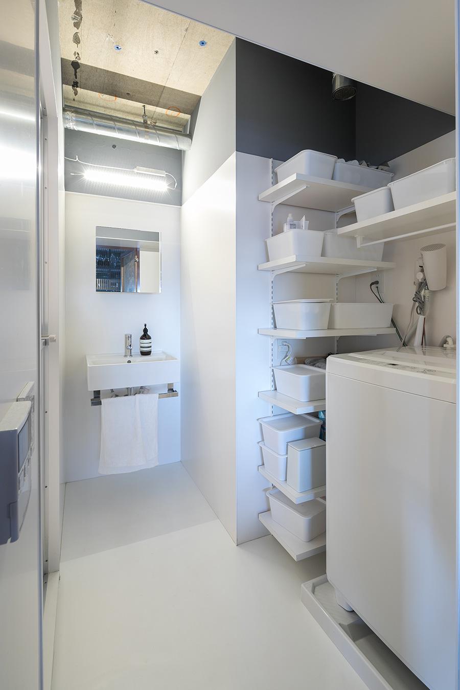 この家で唯一白い空間は洗面脱衣所と風呂。扉を開けると真っ白な空間が現れるギャップもまた面白い。