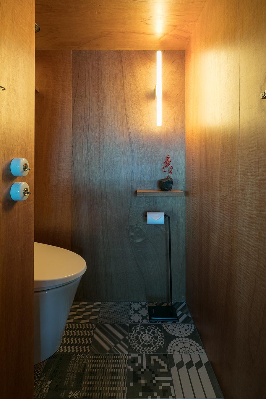 扉の一つはトイレ。中は意外にも狭さを感じない。