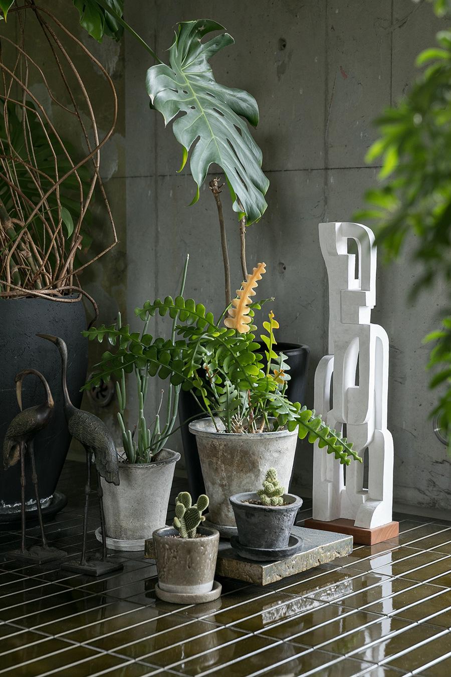 お気に入りの宮崎直人さんの彫刻が、コンクリートやタイル、グリーンとの組み合わせでいい表情に。